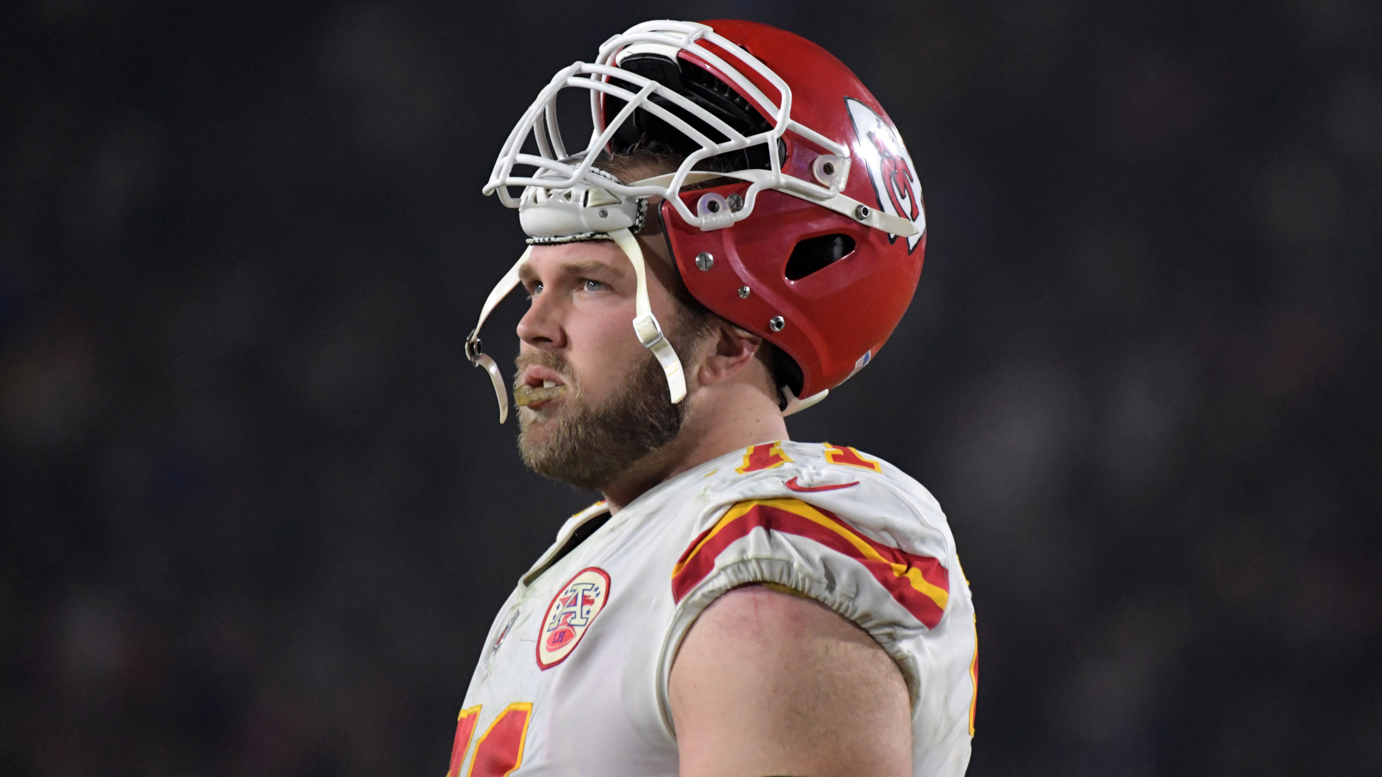 Chiefs RT Schwartz's snap streak ends with knee injury