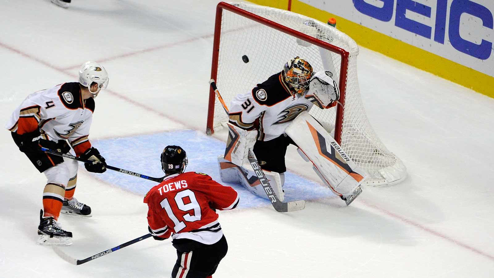 Toews, Blackhawks beat slumping Ducks 1-0 in overtime