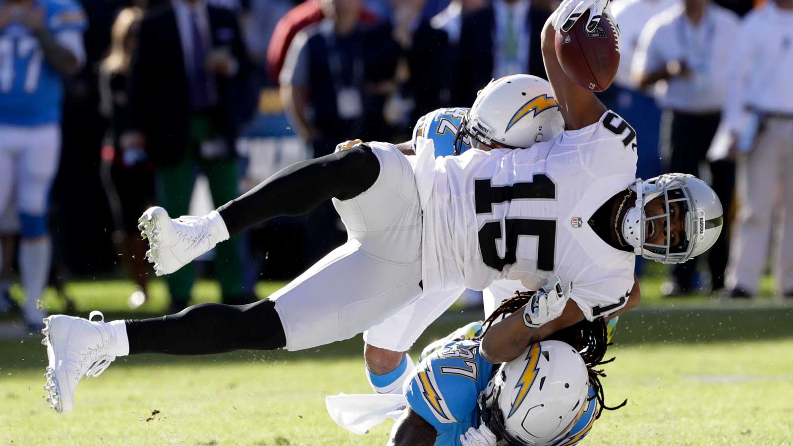 Janikowski, Raiders beat Bolts 19-16 to earn playoff berth