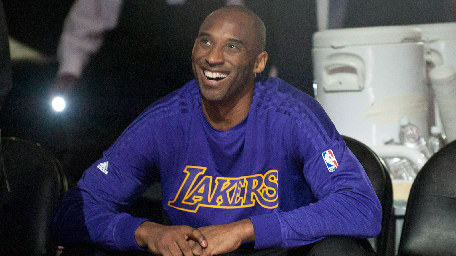 Kobe wows crowd early, sits as Lakers nearly pull off comeback