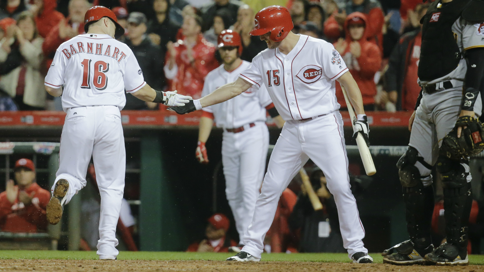 Barnhart's homer lifts Reds to 3-2 victory over Pirates