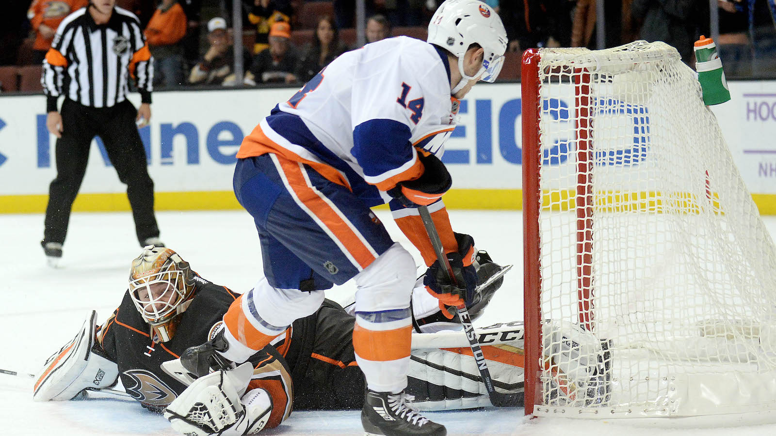 Islanders scored a controversial goal to help win marathon shootout