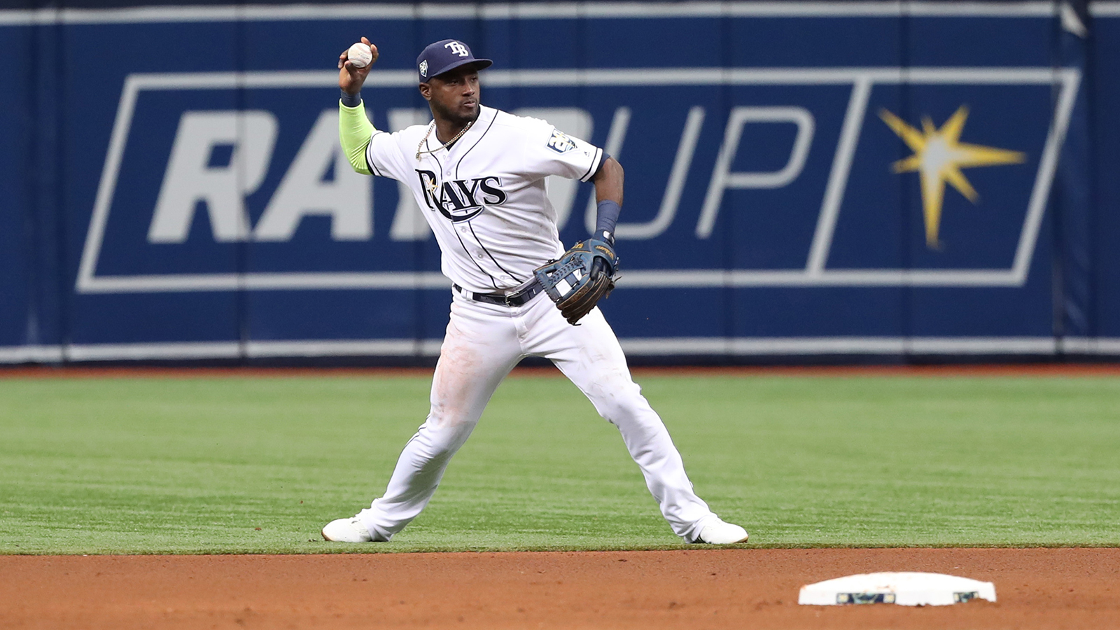 Rays trade SS Adeiny Hechavarria to Pirates for RHP Matt Seelinger