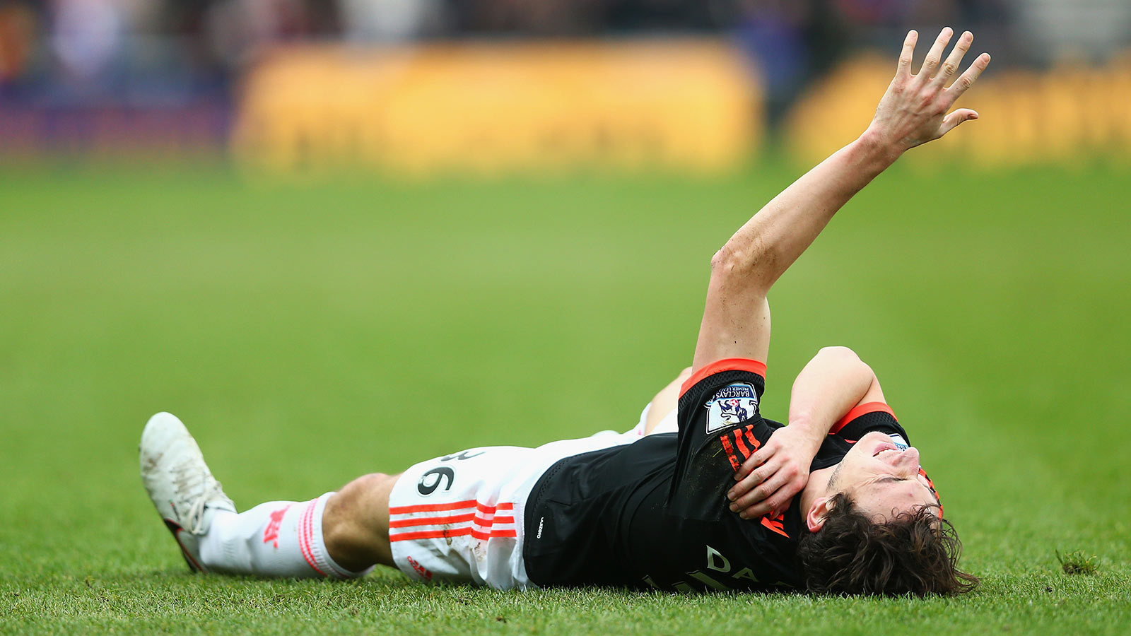 Manchester United full-back Darmian dislocates shoulder