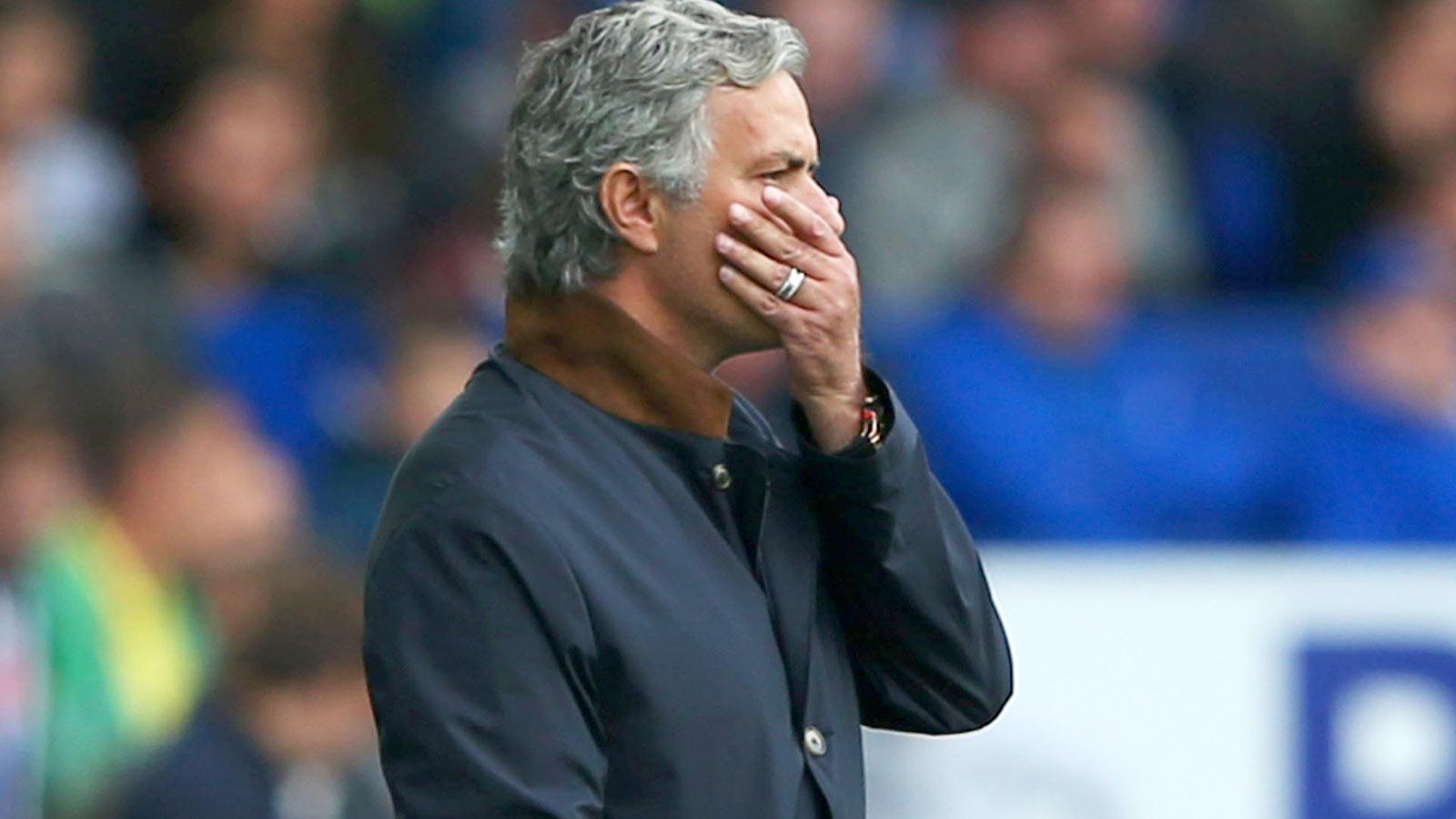 Everton pile pressure on floundering champions Chelsea