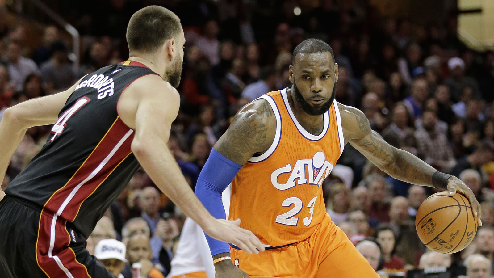 LeBron scores 44, reaches assist mark as Cavs down Hornets