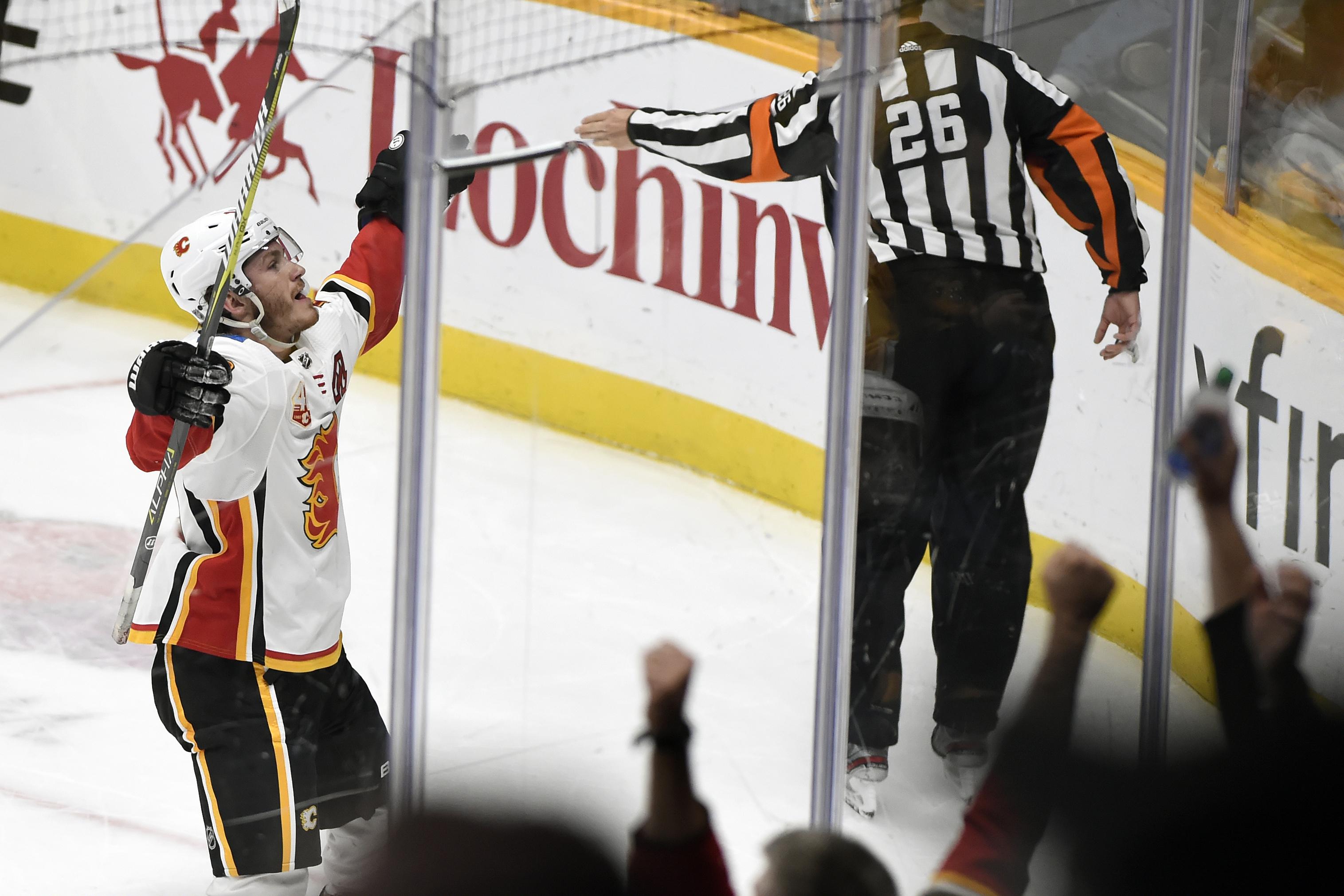 Tkachuk scores tying, winning goals, Flames top Predators
