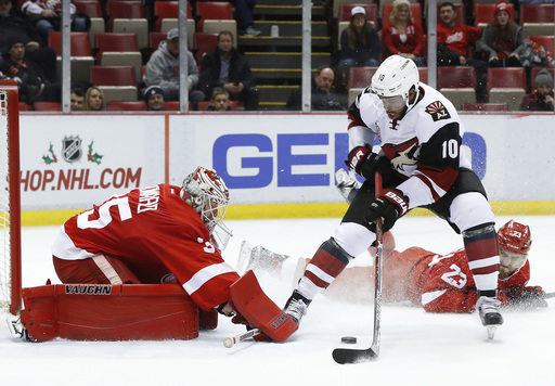 McGinn scores twice, Coyotes beat Red Wings 4-1 (Dec 13, 2016)