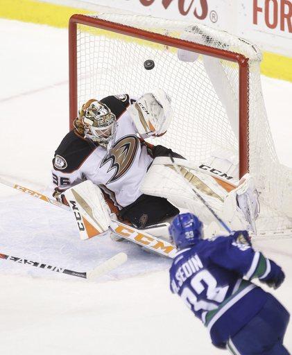 Henrik Sedin scores in OT as Canucks edge Ducks 3-2 (Dec 30, 2016)
