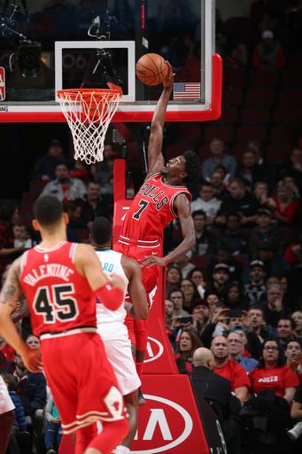 Holiday scores 27, Bulls hold off Walker, Hornets 123-120 (Nov 17, 2017)