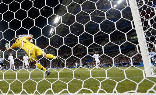 Cavani scores twice, Uruguay ousts Ronaldo and Portugal 2-1