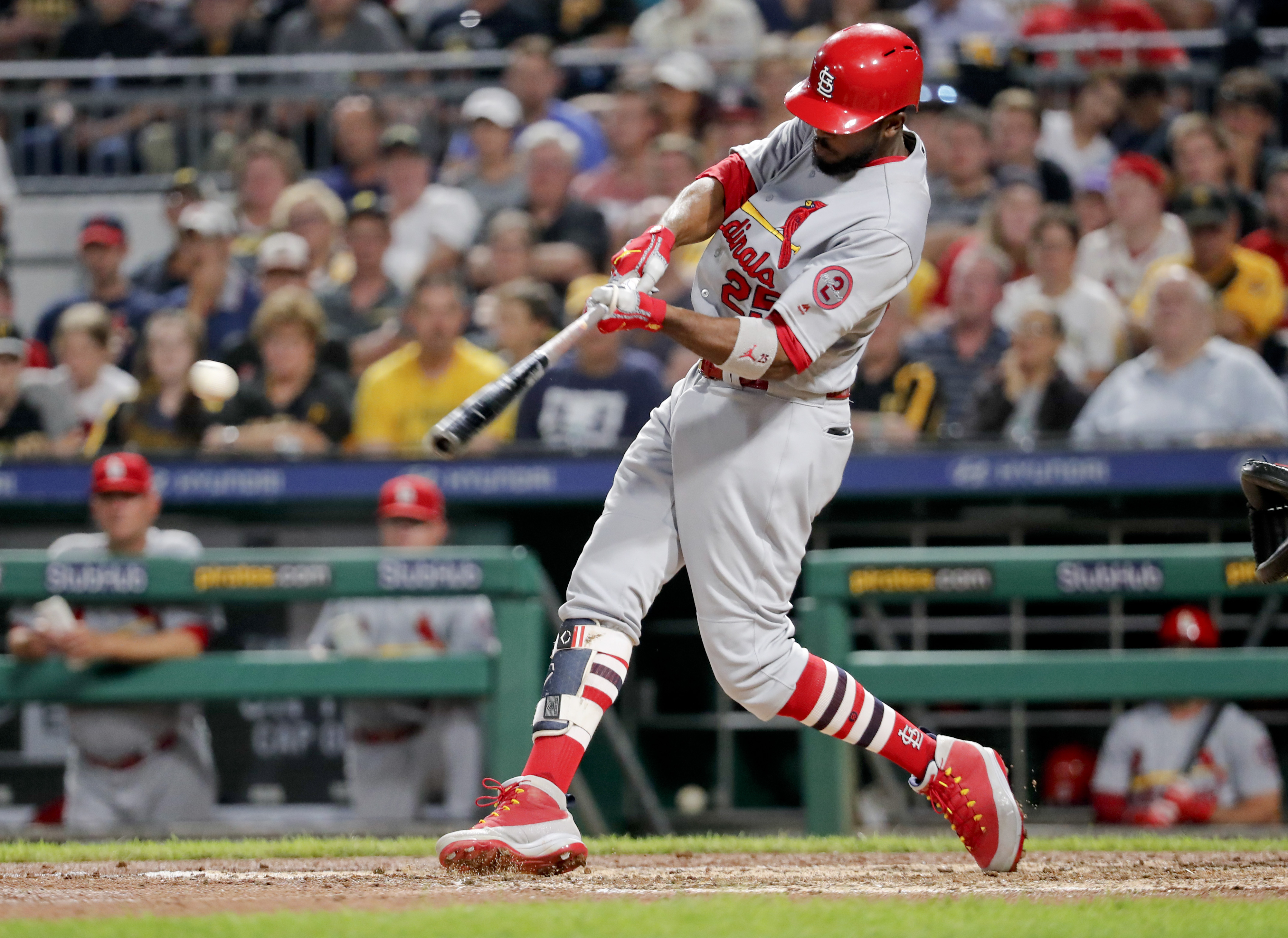 Cards outfielder Fowler breaks foot, put on disabled list