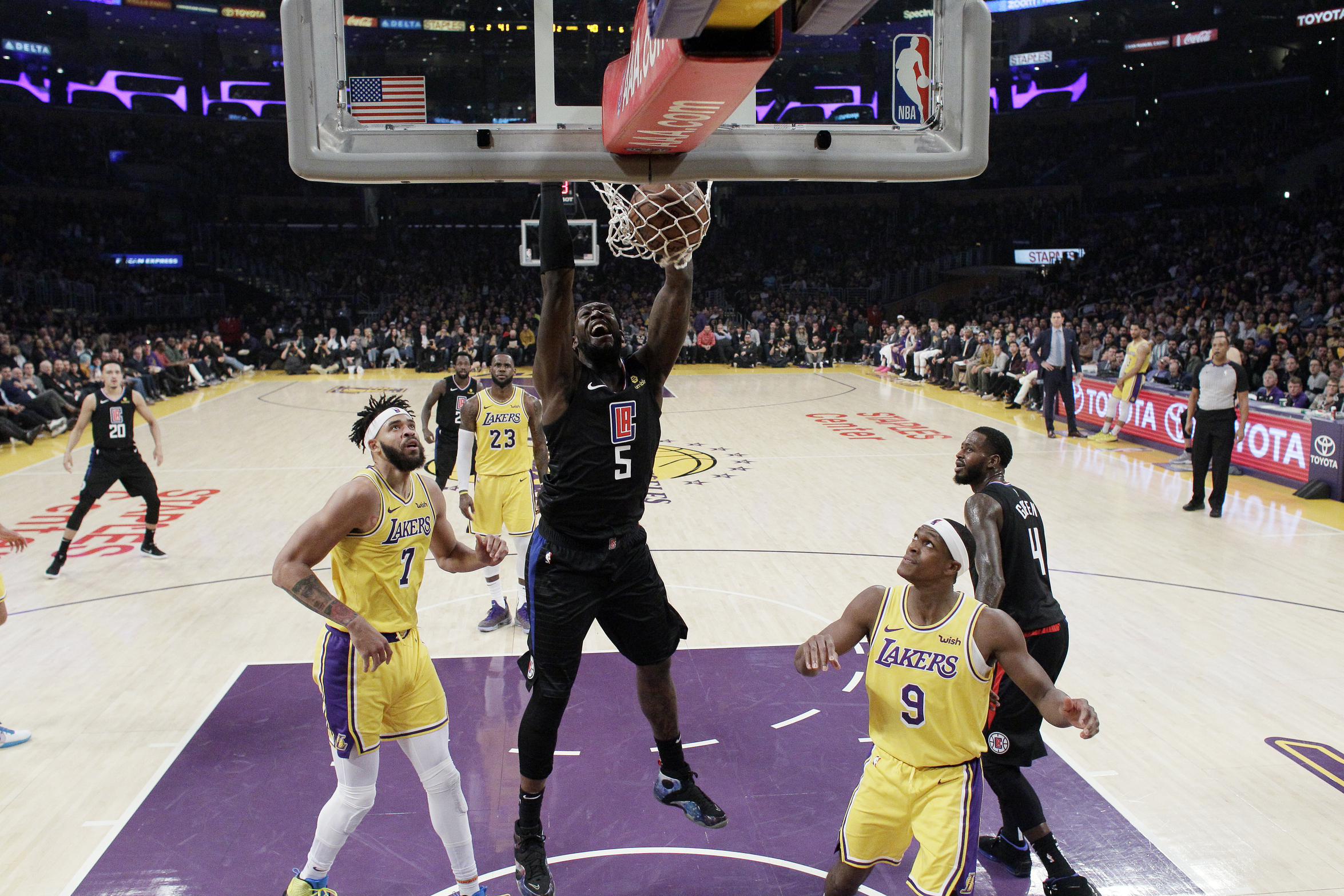 Gallinari gets 23, Clips hold off slumping Lakers 113-105