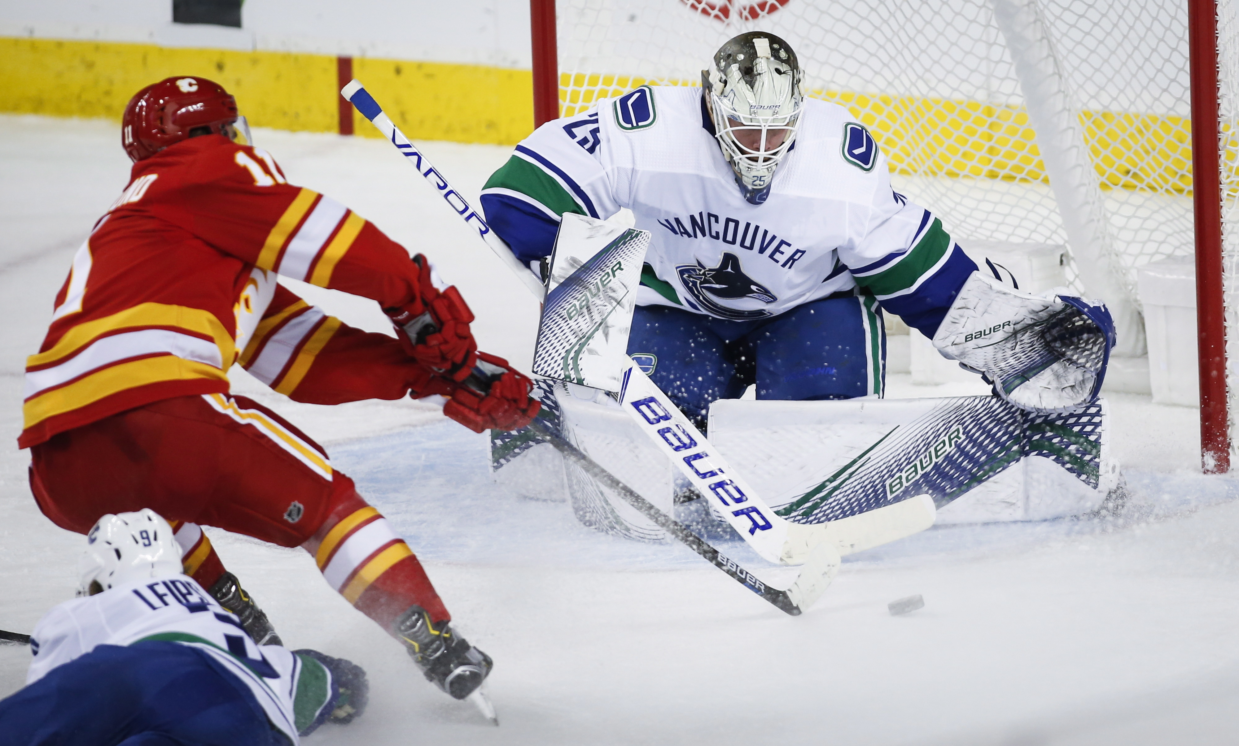 Lindholm scores twice, Flames beat Canucks 7-4