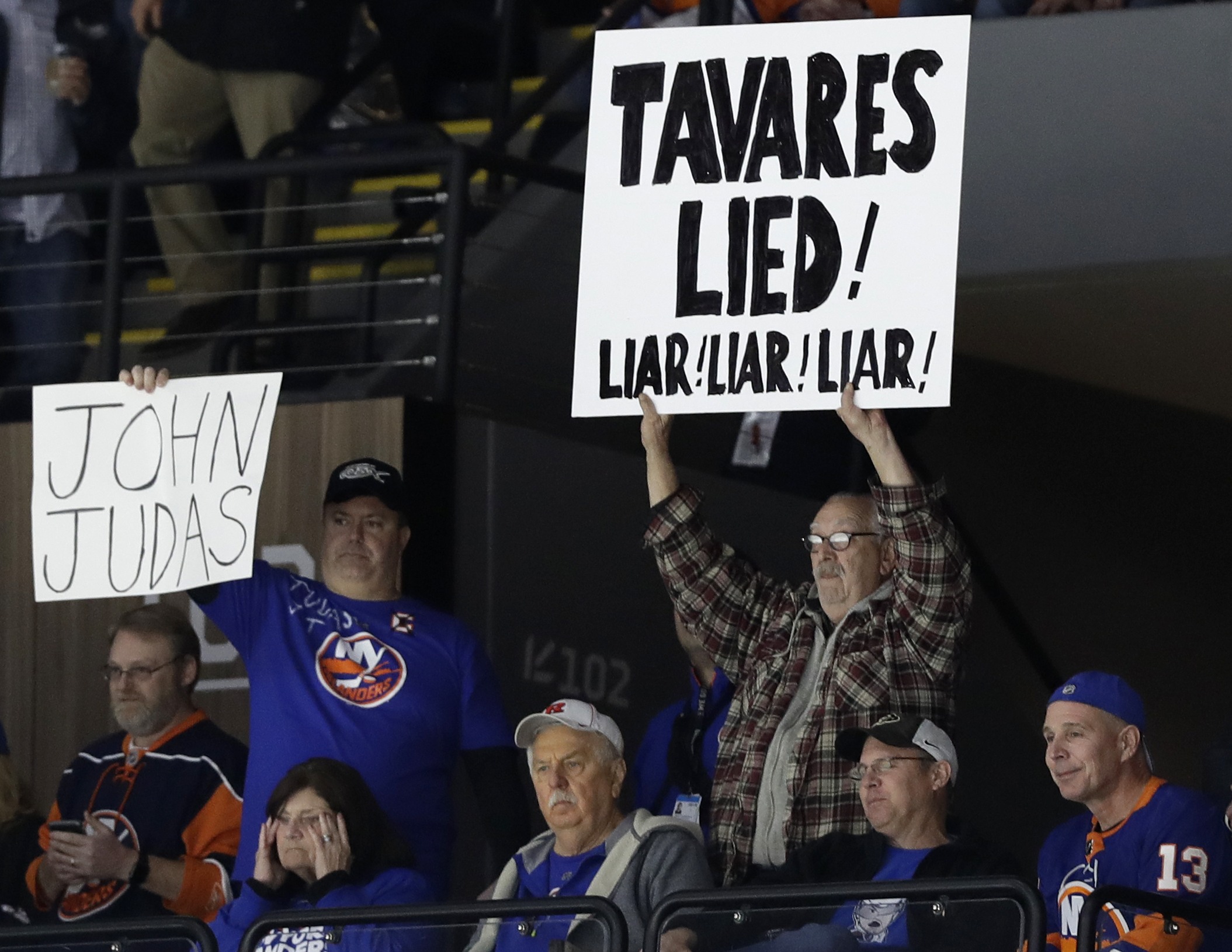 Cizikas helps Islanders beat Leafs 6-1 in Tavares' return