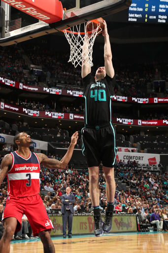 Zeller scores 19, Hornets beat Wizards 98-93 (Mar 18, 2017)