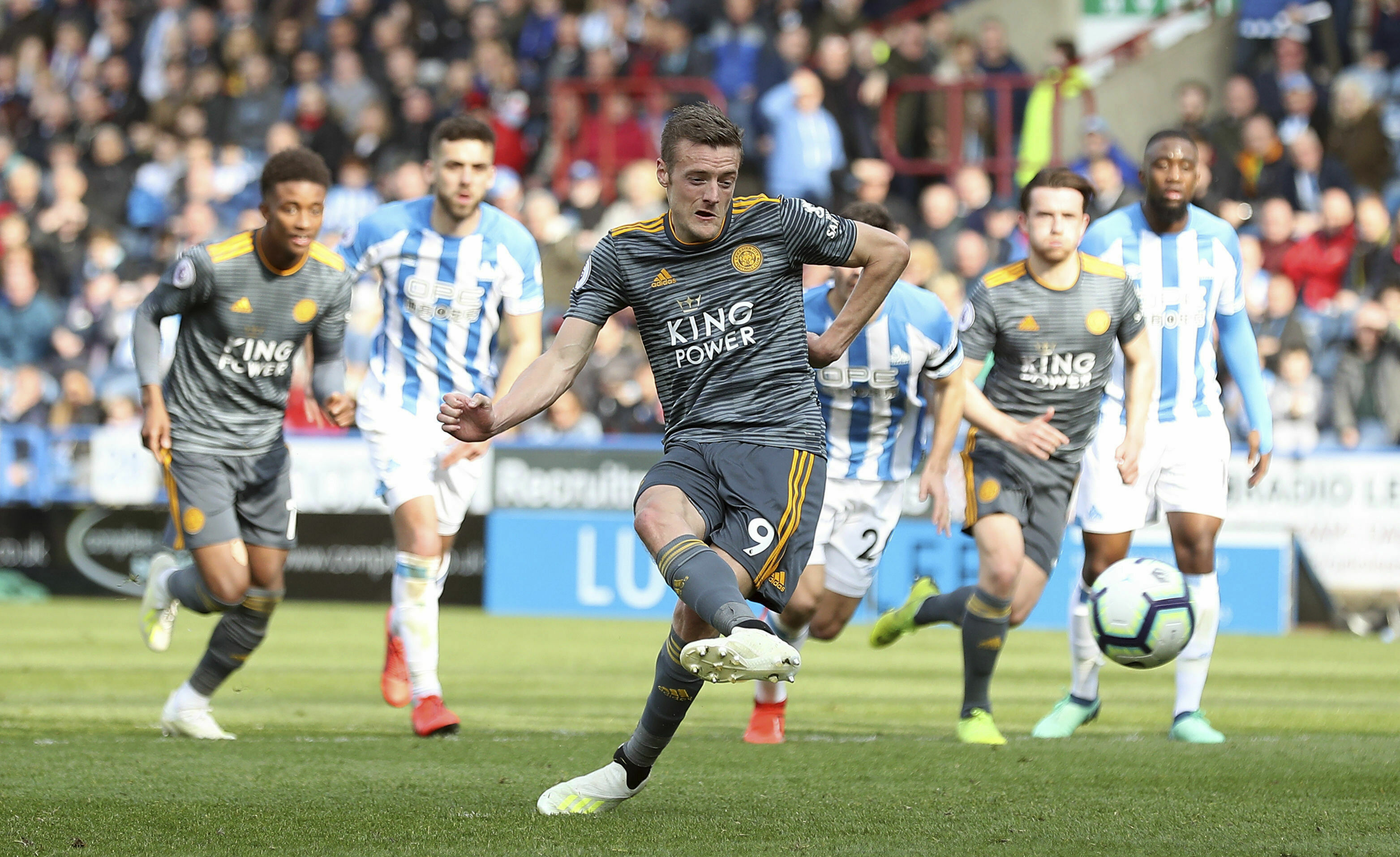 Vardy helps Leicester to 4-1 victory over Huddersfield