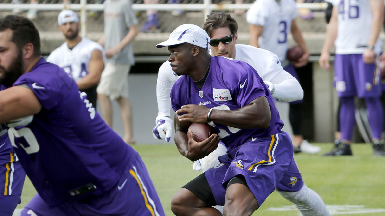 Vikings' Peterson banged up in practice, limps off field