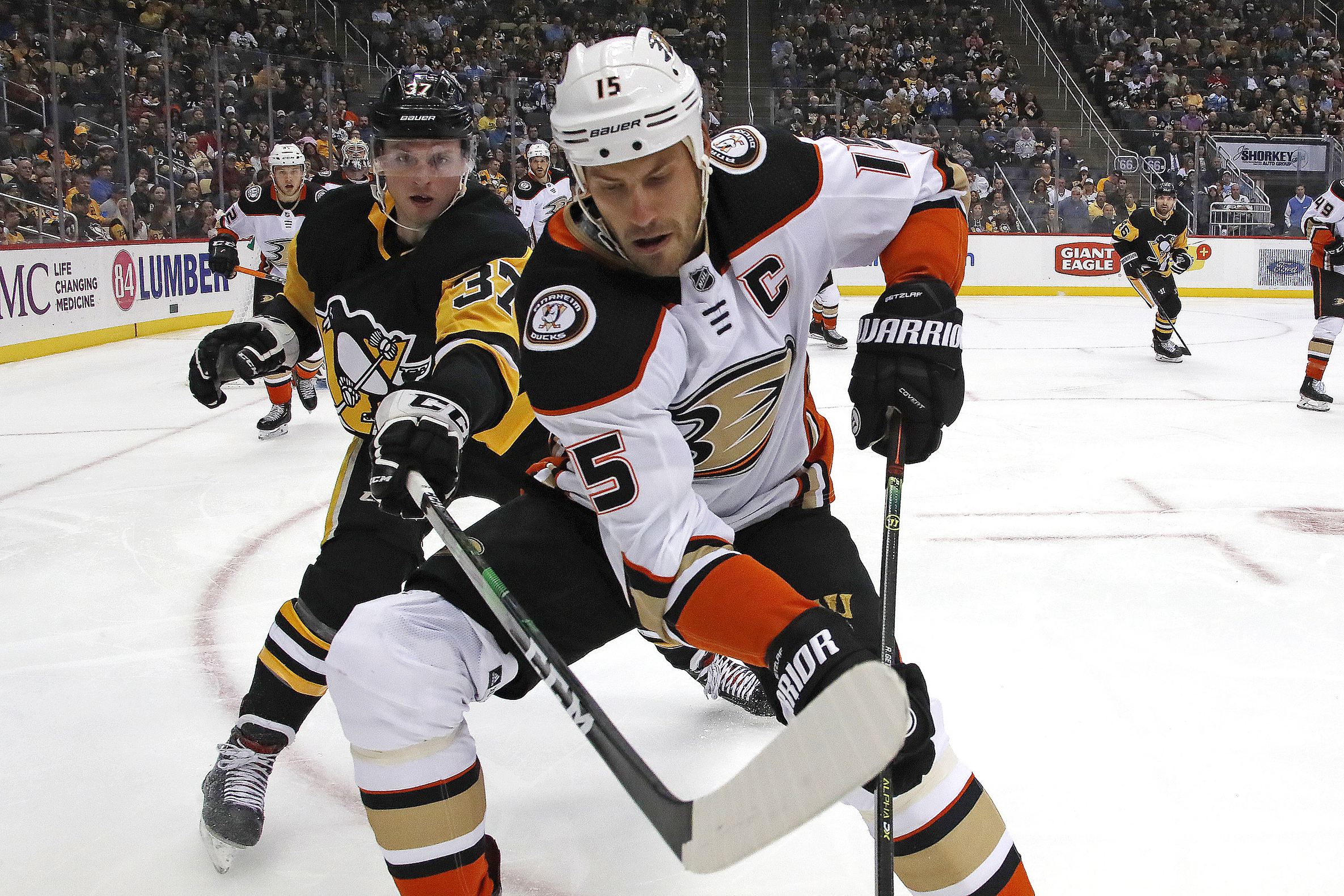 Guentzel's third-period goal gives Pens 2-1 win over Ducks