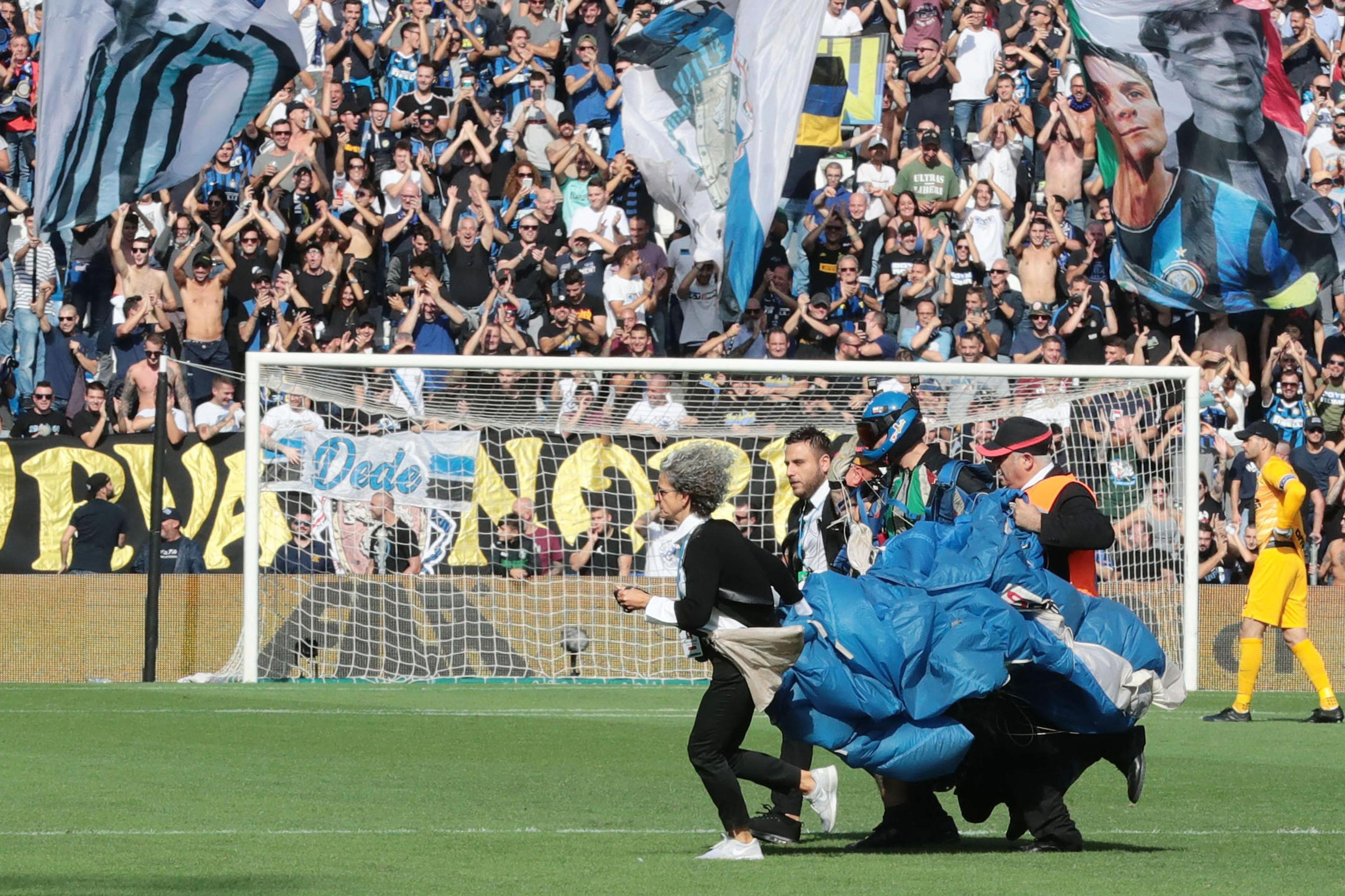 Inter unbothered by parachutist landing in win over Sassuolo