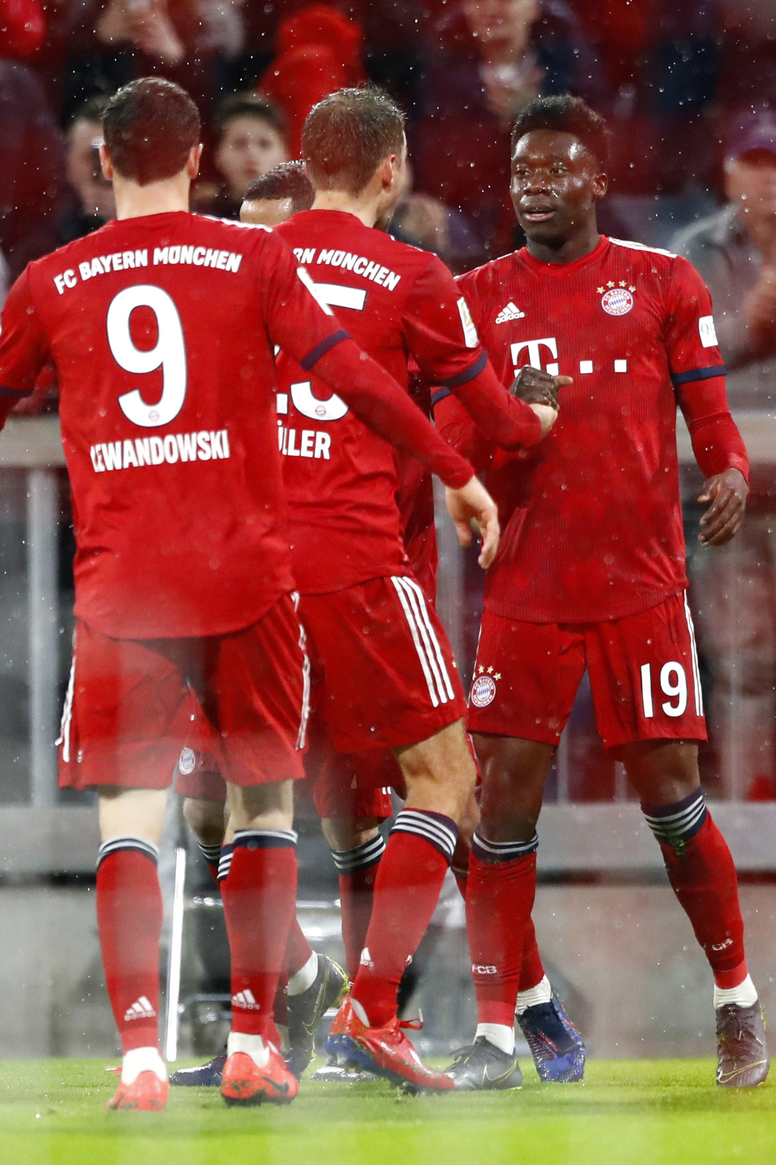 Canadian teen Alphonso Davies scores his 1st goal for Bayern