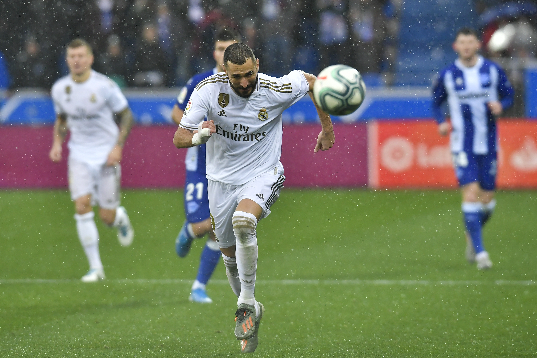 Benzema scores on last kick as Madrid draws 1-1 at Valencia