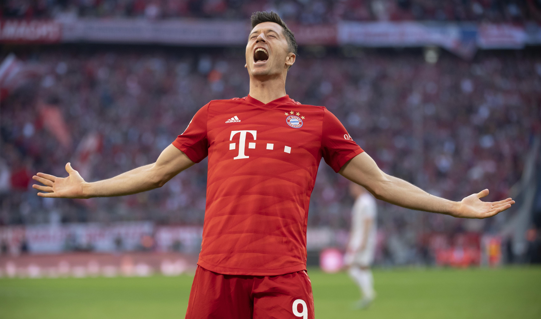 Lewandowski record as Bayern moves top in Bundesliga