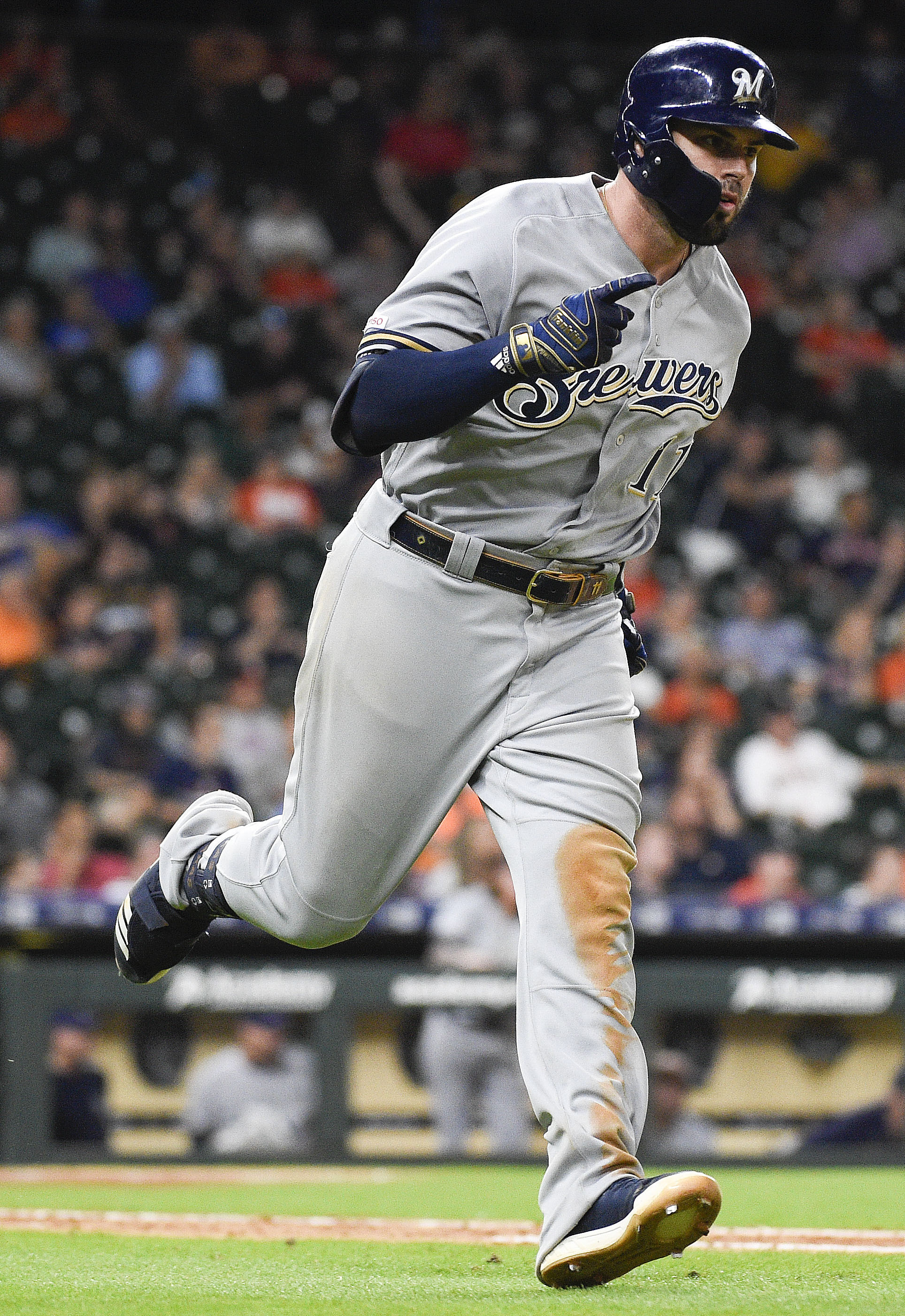 Moustakas hits 2-run HR in 14th as Brewers beat Astros 6-3