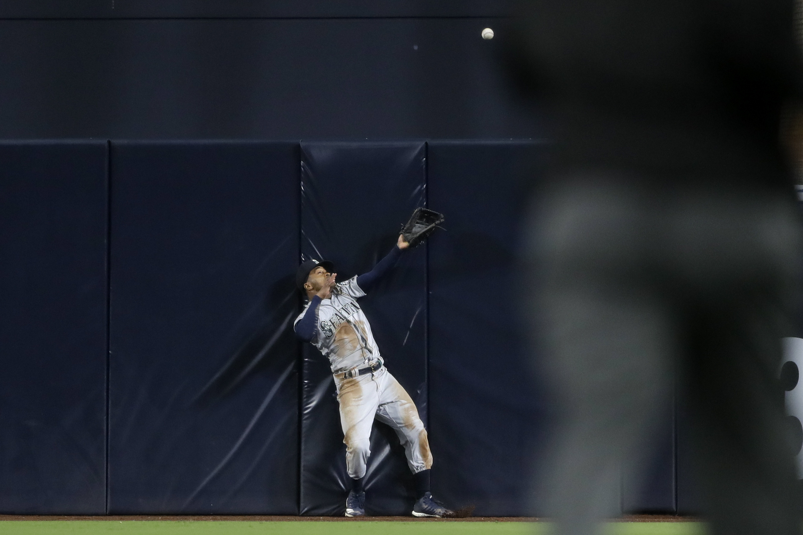 Hedges' homer bounces off Smith's glove in Padres' 6-3 win