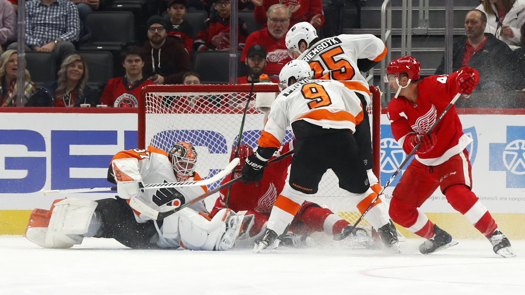 Elliott gets 40th shutout in Flyers' 3-0 win over Red Wings