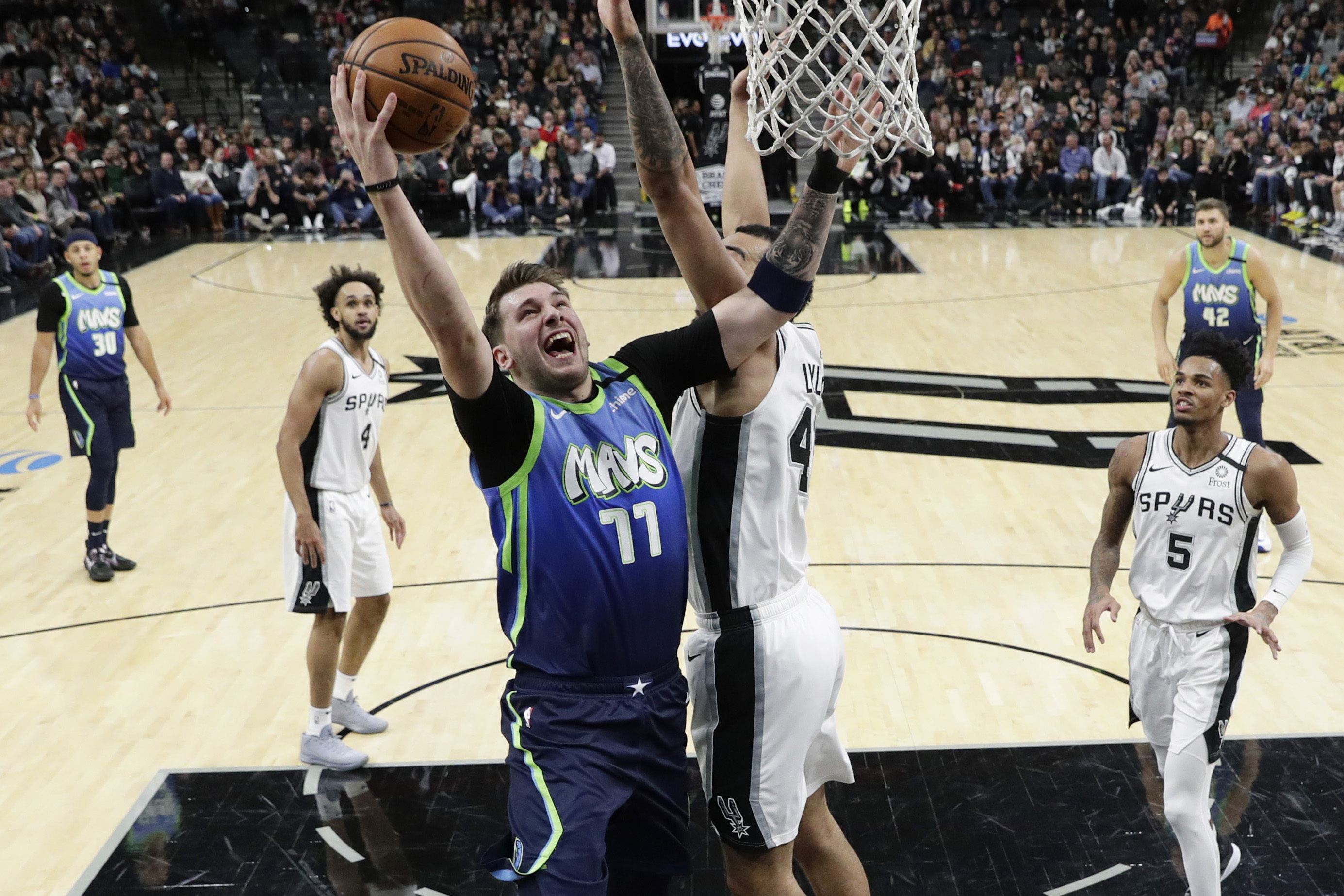 Doncic, Porzingis power Mavericks by slumping Spurs, 109-103
