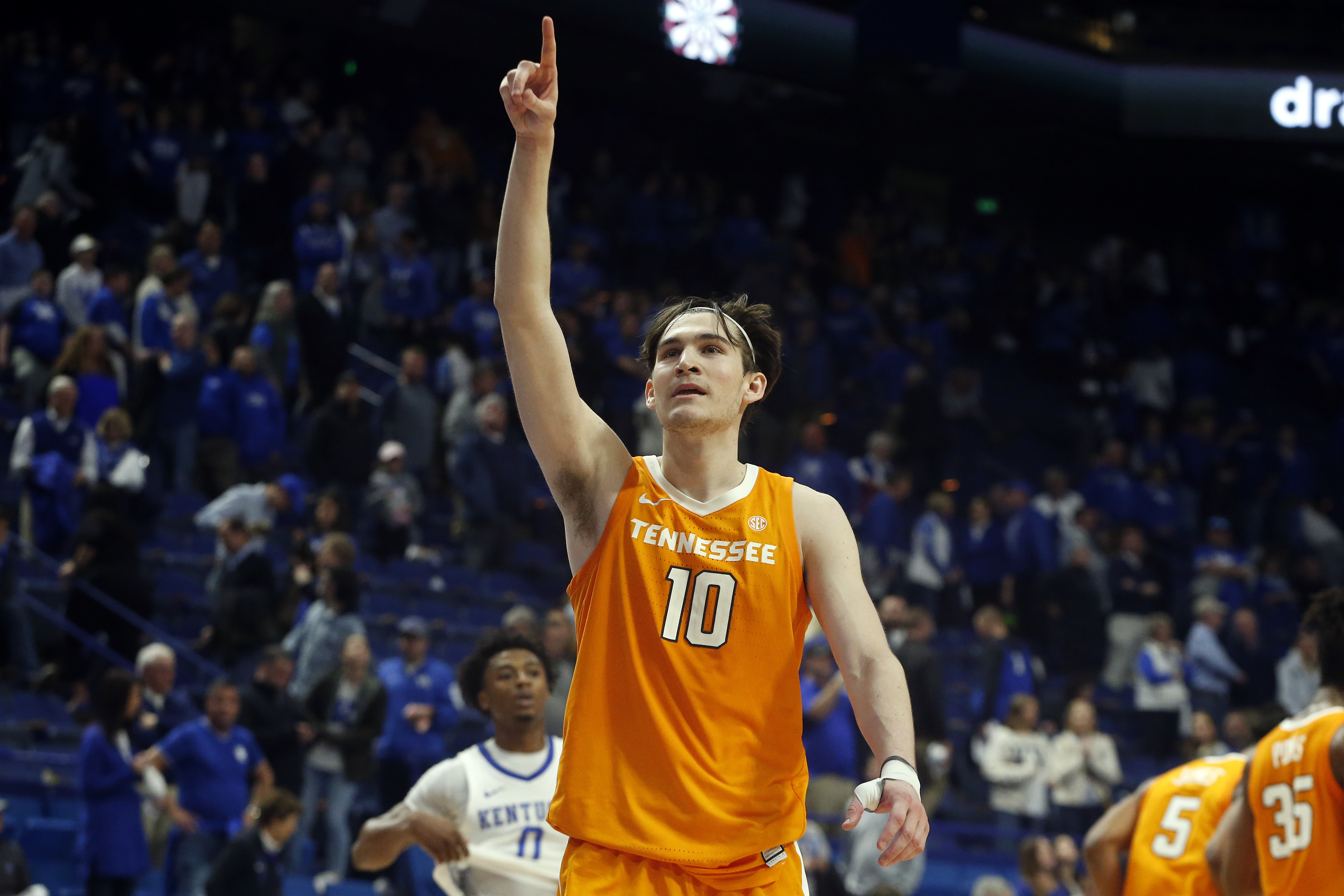 Vols upset No. 6 Kentucky as ranked teams have rough night